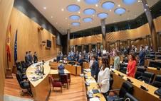 Foto de los diputados guardando un minuto de silencio al inicio de la Comisión para la Reconstrucción Social y Económica del Congreso.
