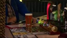 Vídeo: Un pub en Inglaterra coloca una valla electrificada alrededor de la barra