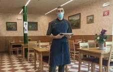 Joseba Martínez Rey en el Bar Restaurante Baratze. Se encarga de la cocina junto a sus dos dueñas.