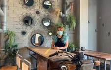 Ana Setuain Urtasun, dueña de La Sota de Lezkairu, junto a una mesa fabricada con una moto de la India.