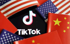 Las banderas de China y EE. UU junto al logo de TikTok.