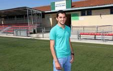 El árbitro Borja Munárriz Mateos, en el campo de fútbol de Beriáin donde comenzó a jugar y arbitrar, ha logrado el ascenso a la Segunda División B.
