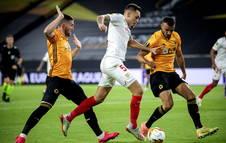 El argentino Lucas Ocampos trata de marcharse de dos rivales del Wolverhampton.