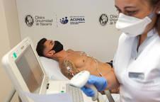 Un jugador de Osasuna pasa el reconocimiento médico este martes.