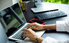 Una mujer trabaja en su ordenador portátil