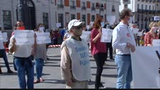 Vecinos se solidarizan con los barrios del sur de Madrid en una protesta ante la Puerta del Sol