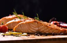 Un plato de salmón al horno recién preparado