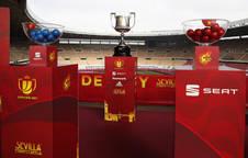 La Copa del Rey junto a dos bombos con las bolas antes del inicio del sorteo.