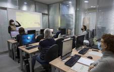 Varias personas atienden durante un curso en el centro municipal EMATIC.