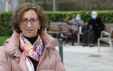 La geriatra Teresa Marcellán Benavente, de 53 años,  en el exterior de la residencia de ancianos Casa de Misericordia de Pamplona