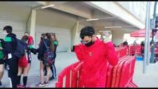 García Bragado se coloca el pañuelico rojo que le han regalado en Pamplona