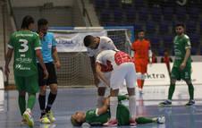 Fabinho (Osasuna Magna) se duele tras sufrir la lesión en el partido ante ElPozo.