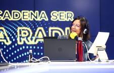 La periodista Ángels Barceló durante la emisión de su programa Hoy por hoy, en la Cadena SER.