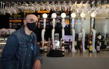 Alfredo Sanzol, ayer en el bar Niza de Pamplona, que acogió la presentación de 'El bar que se tragó a todos los españoles'.