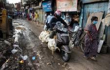 Una calle de la barriada de Dharavi, en Bombay, durante la pandemia del coronavirus.