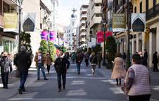 Personas caminando por una calle de Valladolid.