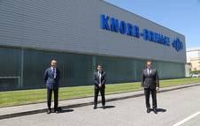 Gustavo González, consejero Delegado en España de Knorr-Bremse; en el centro Mikel Irujo, consejero de Desarrollo Económico y Empresarial del Gobierno de Navarra, y Andreas Weidenschlager, director general de factoría de Knorr-Bremse de Navarra.