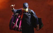 Rafa Nadal se retira a los vestuarios tras un encuentro en Roland Garros 2021.
