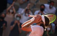 Emoción de Stefanos Tsitsipas tras vencer a Zverev y acceder a la final de Roland Garros.
