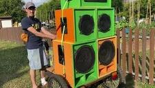 El pamplonés DJ Reimy pincha desde una bicicleta con seis grandes altavoces