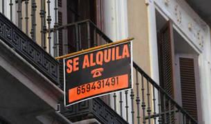 Un cartel de se alquila en una fachada