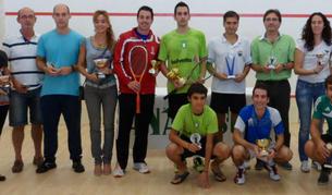 Algunos de los premiados posan tras la entrega de premios en el II Campeonato Nacional de Squash celebrado en Anaitasuna