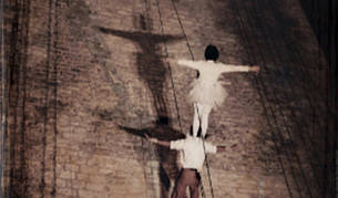 La compañía Mattatoio Sospeso mezcla danza, acrobacia, teatro de calle, poesía y circo.