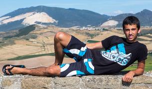 Rubén Echarte posa en lo alto de Añorbe. Por detrás atraviesa el Canal de Navarra. También puede verse el pueblo de Olcoz, justo detrás y, más al fondo, las canteras de Alaiz