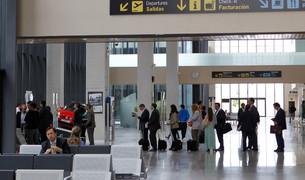Viajeros en el aeropuerto de Pamplona este verano