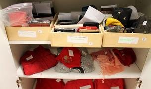 Móviles, carteras, documentación y ropa recogidos en la oficina de Objetos Perdidos durante las fiestas de San Fermín 2014.
