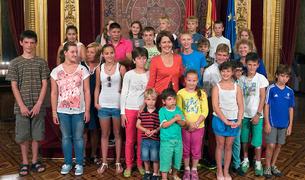 Barcina posa junto con los menores ucranianos.