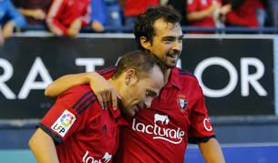 Nino y De las Cuevas celebran el gol de Osasuna contra el Barcelona B