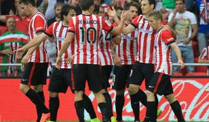Los jugadores del Athletic celebran el gol de Adúriz