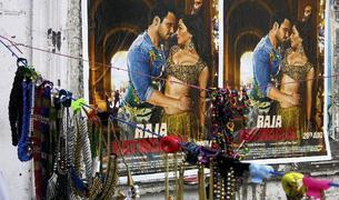 Un cartel con estrenos de Bollywood
