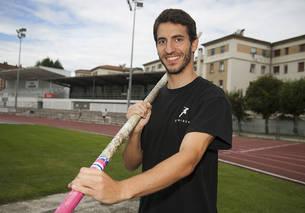 Javier Sanz posa con la pértiga con la recta de 100 metros de Larrabide detrás
