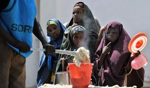 Niños somalíes reciben alimento en un centro de la ONU en Mogadiscio