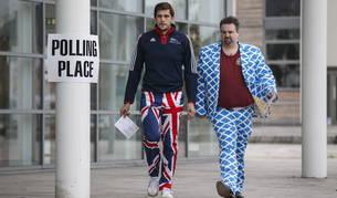 Dos escoceses se dirigen a la votación para elegir si se quedan en Reino Unido o se proclaman independientes.