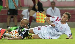 Deulofeu (dcha.) pelea con Karim El Ahmadi, del Feyenoord, por hacerse con el balón