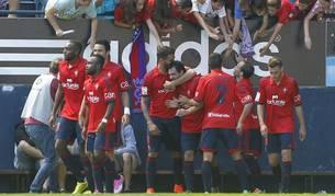 Los jugadores de Osasuna celebran el gol de De las Cuevas