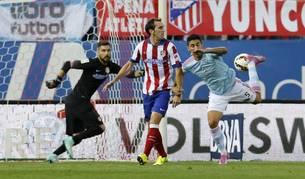 Pablo Hernández golpea la pelota de tacón
