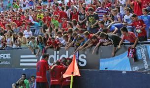 Jugadores y afición celebran un gol de Osasuna