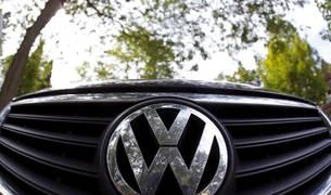 Logo de VW en un modelo Passat fotografiado en Willmette, Illinois (EE UU).