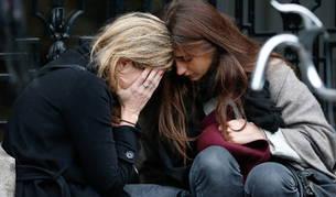 Dos mujeres lloran junto a la sala Bataclan.
