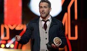 Ryan Reynolds recibe un premio MTV por su papel en 'Deadpool'.