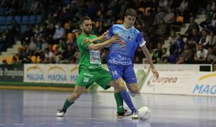 Rafa Usín pugna por una pelota contra Peñíscola.