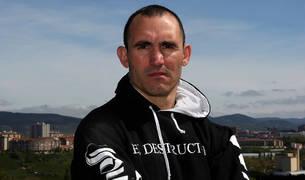 El púgil navarro, y policía local en Egüés, Rubén Díaz, disputa mañana el título EBU-European Union. En la imagen, con Pamplona al fondo.