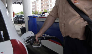 Un hombre resposta gasolina.