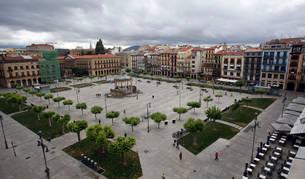 La Plaza del Castillo de Pamplona, que acogerá las salidas y algunos tramos del EDP San Fermín Marathon, puede tener mañana una doble fiesta deportiva si sube Osasuna.