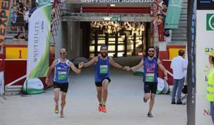 Tres participantes en la prueba de 10 kilómetros, entrando en meta el pasado año.