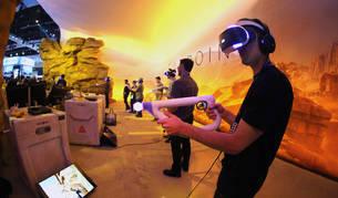 Varios jugadores prueban Farpoint, uno de los juegos de PlayStation VR.